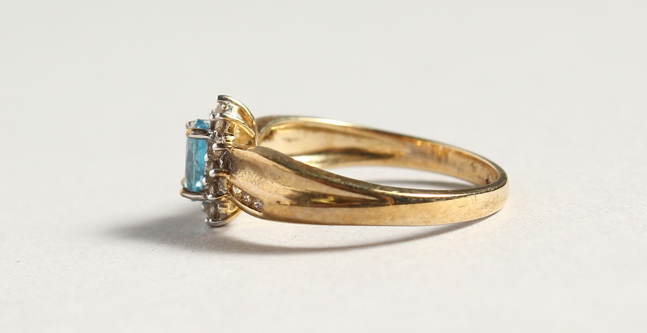 A 9CT GOLD BLUE TOPAZ AND DIAMOND CLUSTER RING - Image 3 of 5