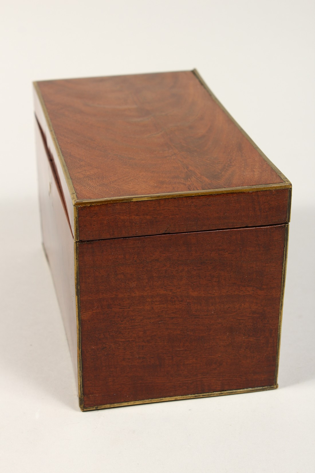 A REGENCY MAHOGANY TWO DIVISION TEA CADDY with brass stringing. 8ins long - Image 2 of 7