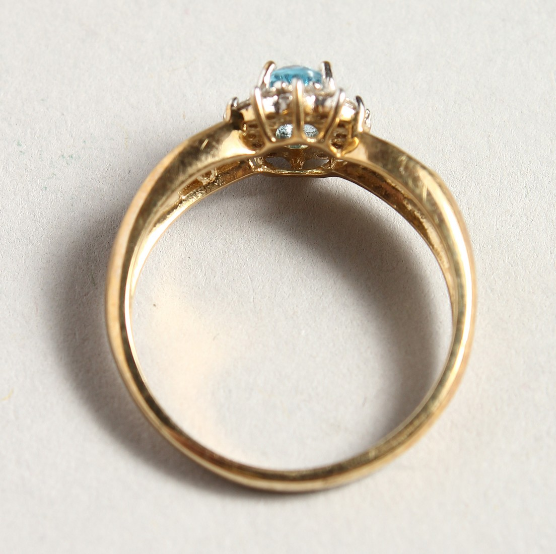A 9CT GOLD BLUE TOPAZ AND DIAMOND CLUSTER RING - Image 4 of 5
