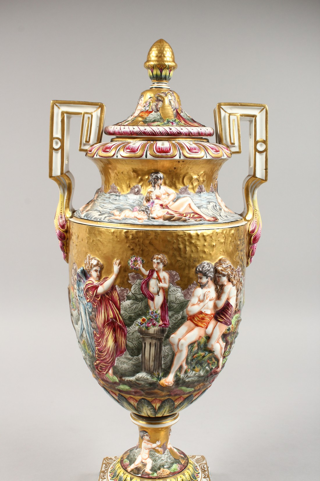 A SUPERB LARGE CAPODIMONTE TWO HANDLED URN SHAPE VASE AND COVER with gilt ground, with classical - Image 3 of 17