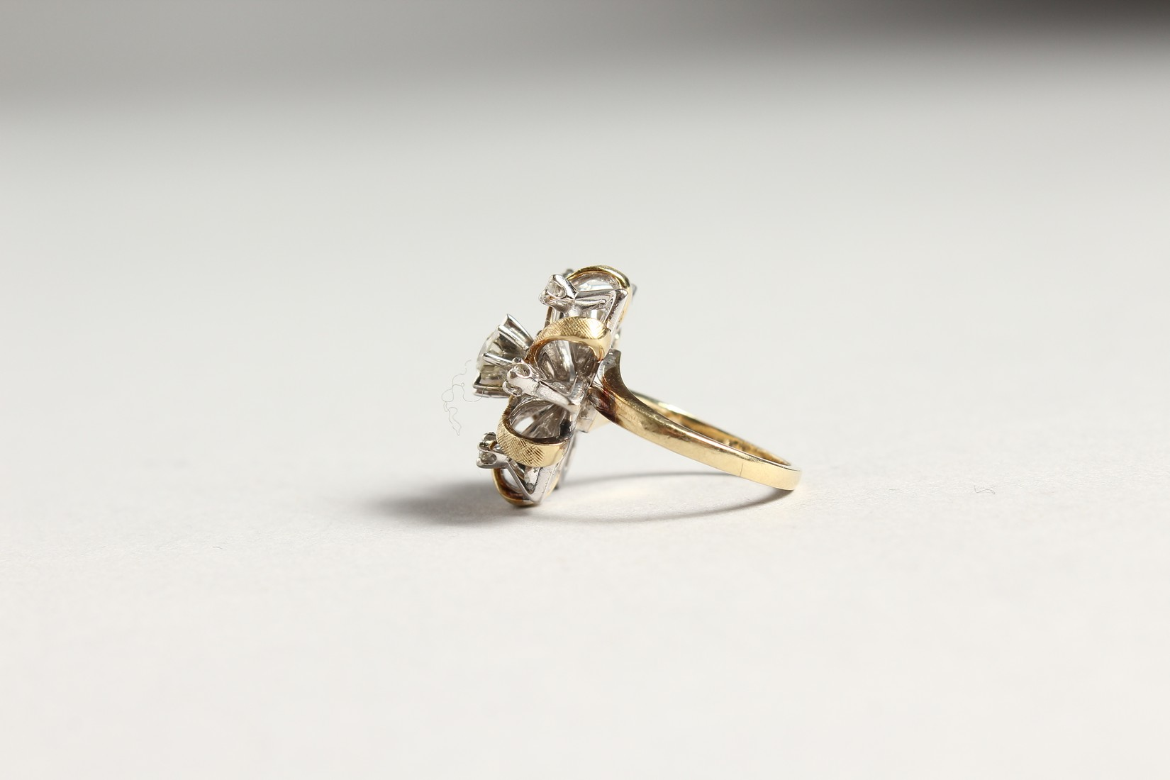A DIAMOND CLUSTER RING - Image 2 of 6