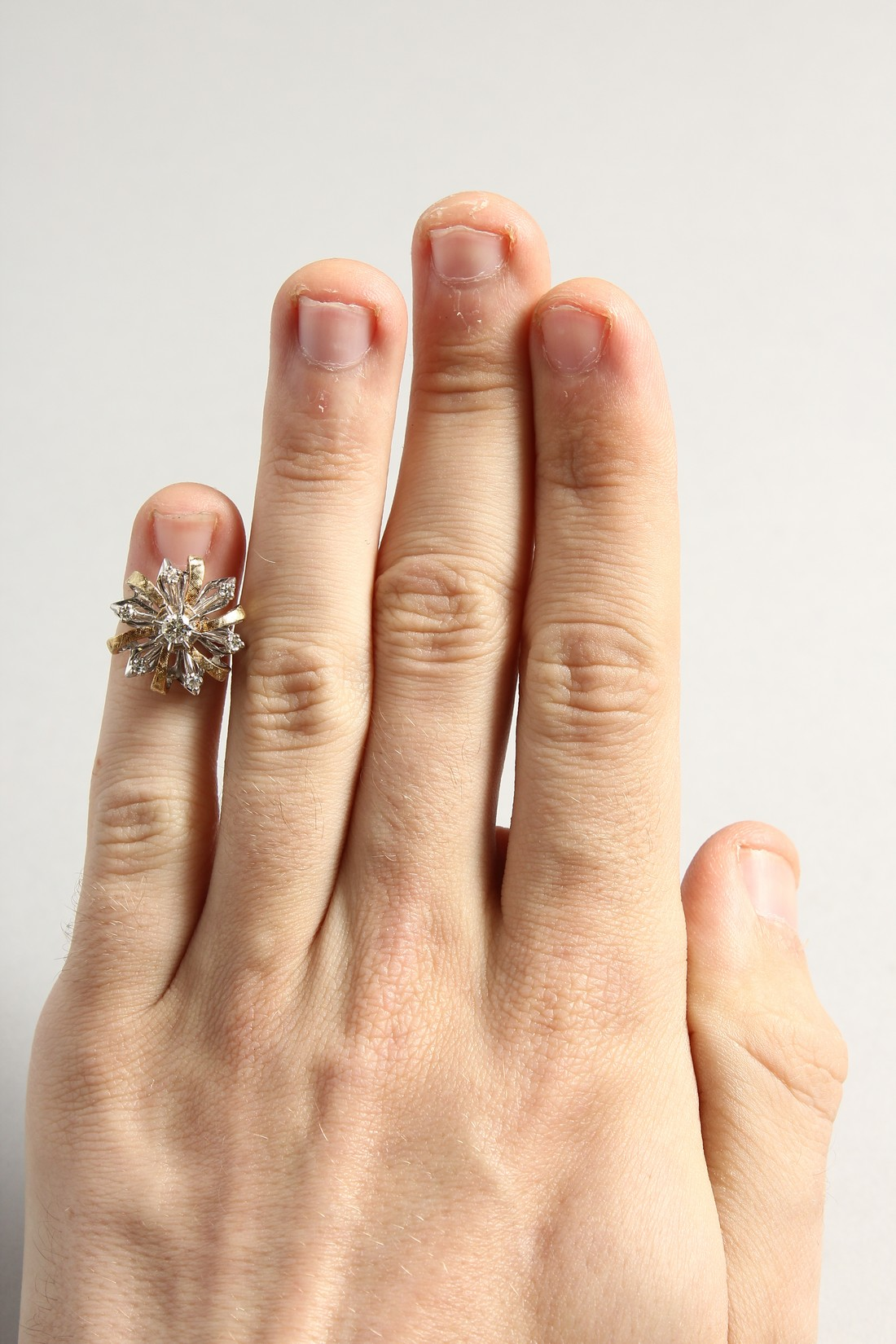 A DIAMOND CLUSTER RING - Image 4 of 6