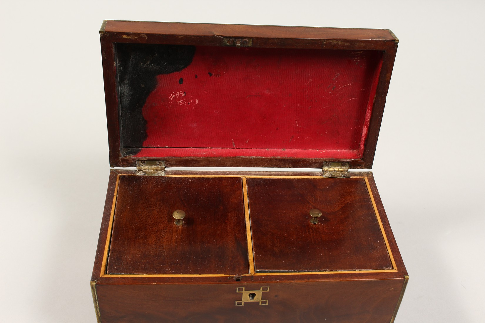 A REGENCY MAHOGANY TWO DIVISION TEA CADDY with brass stringing. 8ins long - Image 6 of 7