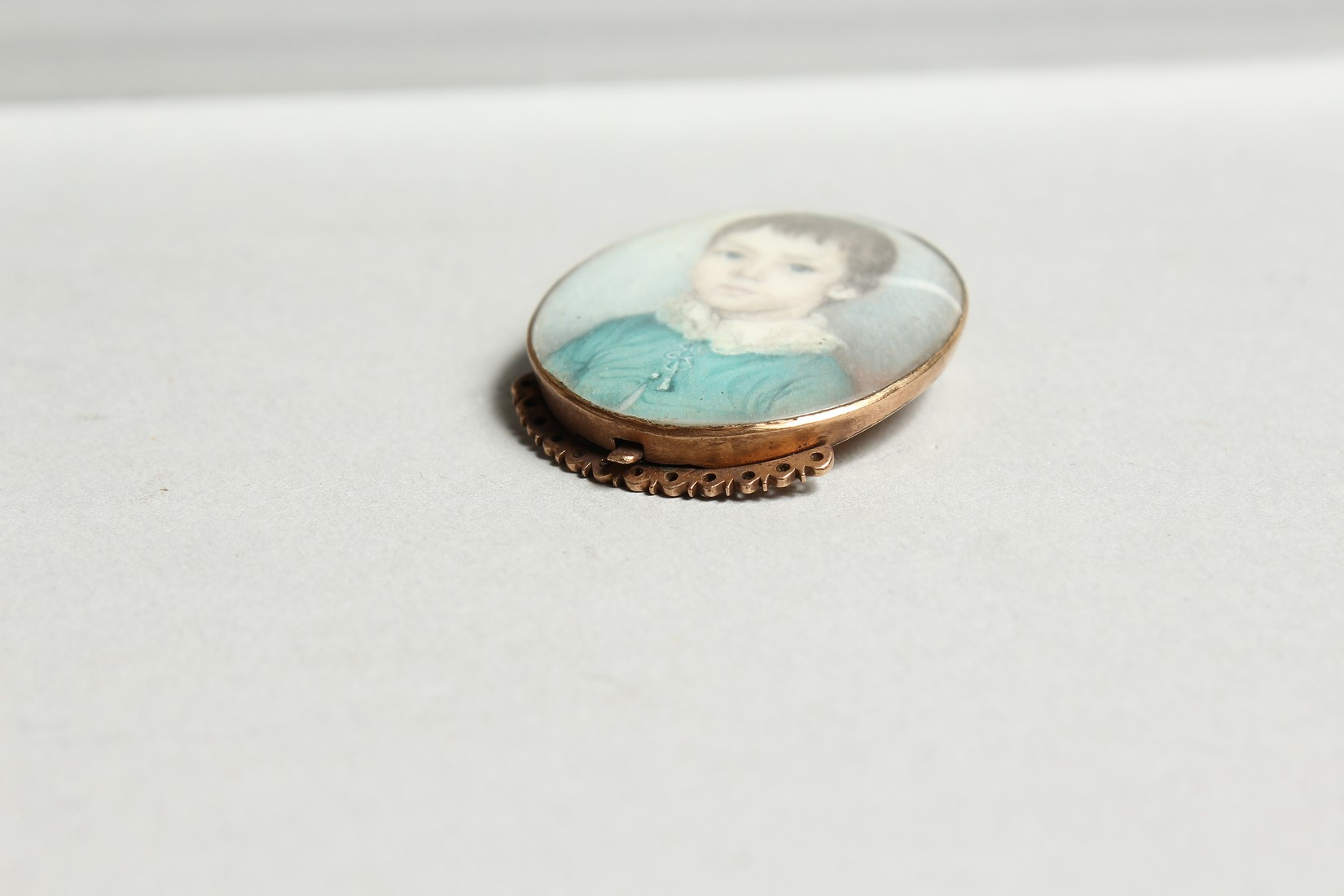 A GEORGIAN OVAL MINIATURE OF A YOUNG BOY, young boys in a gilt frame. 1.25ins x1ins - Image 5 of 6