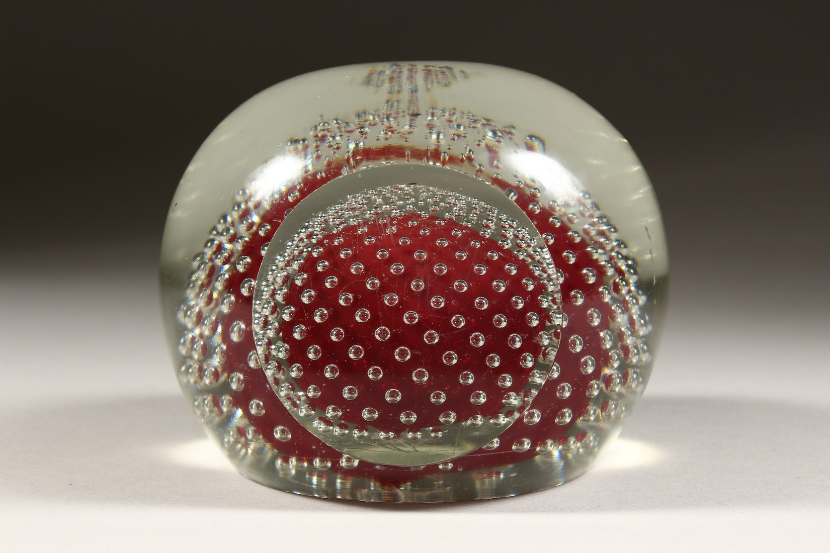 A LARGE GLASS PAPERWEIGHT. - Image 2 of 6