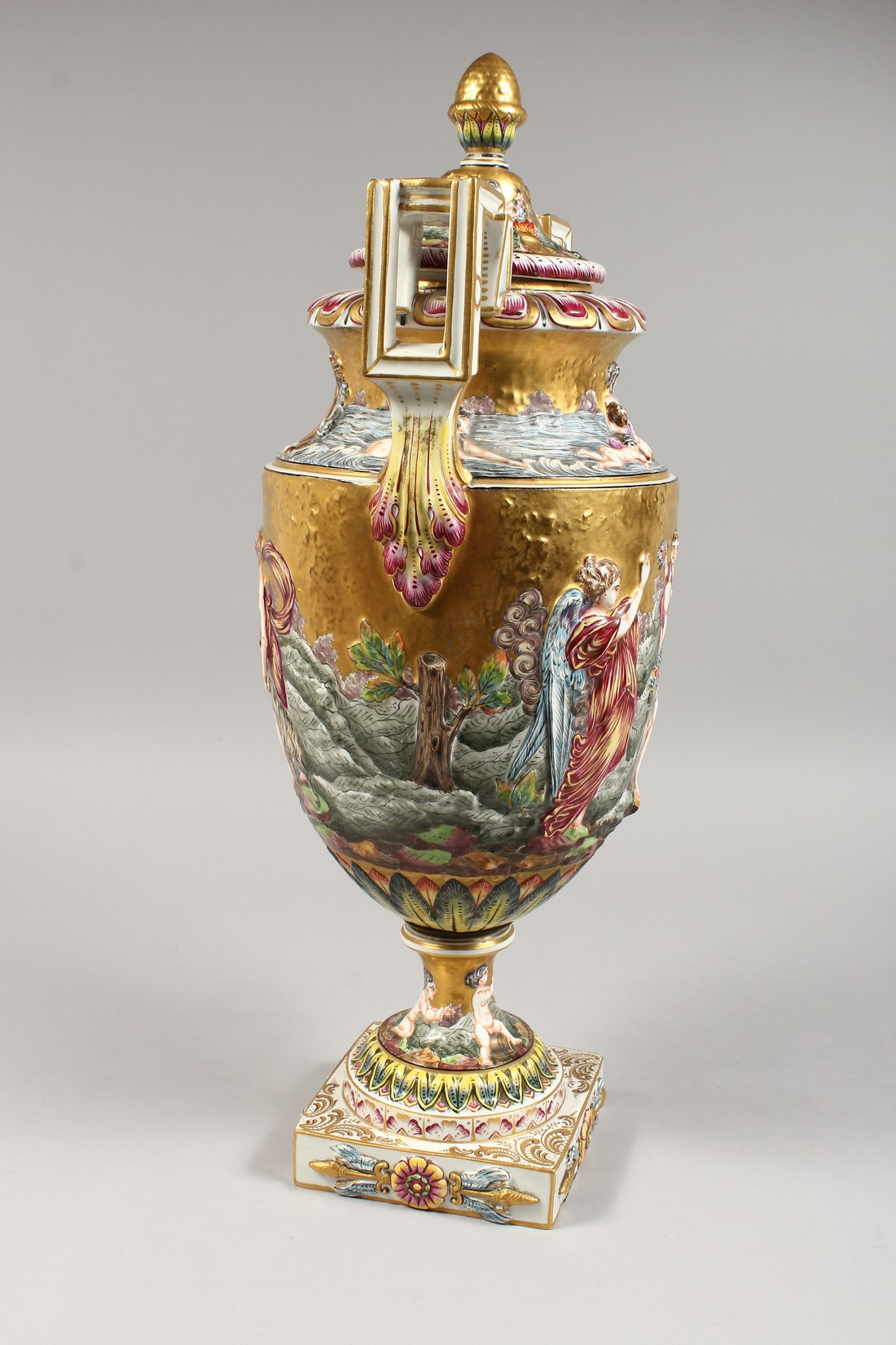 A SUPERB LARGE CAPODIMONTE TWO HANDLED URN SHAPE VASE AND COVER with gilt ground, with classical - Image 14 of 17