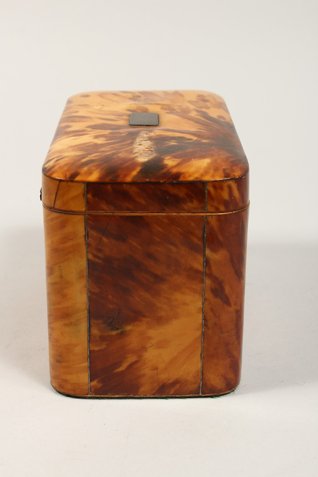 A GOOD REGENCY TORTOISESHELL TWO DIVISION TEA CADDY of rectangular form. 6.75ins high. - Image 4 of 7