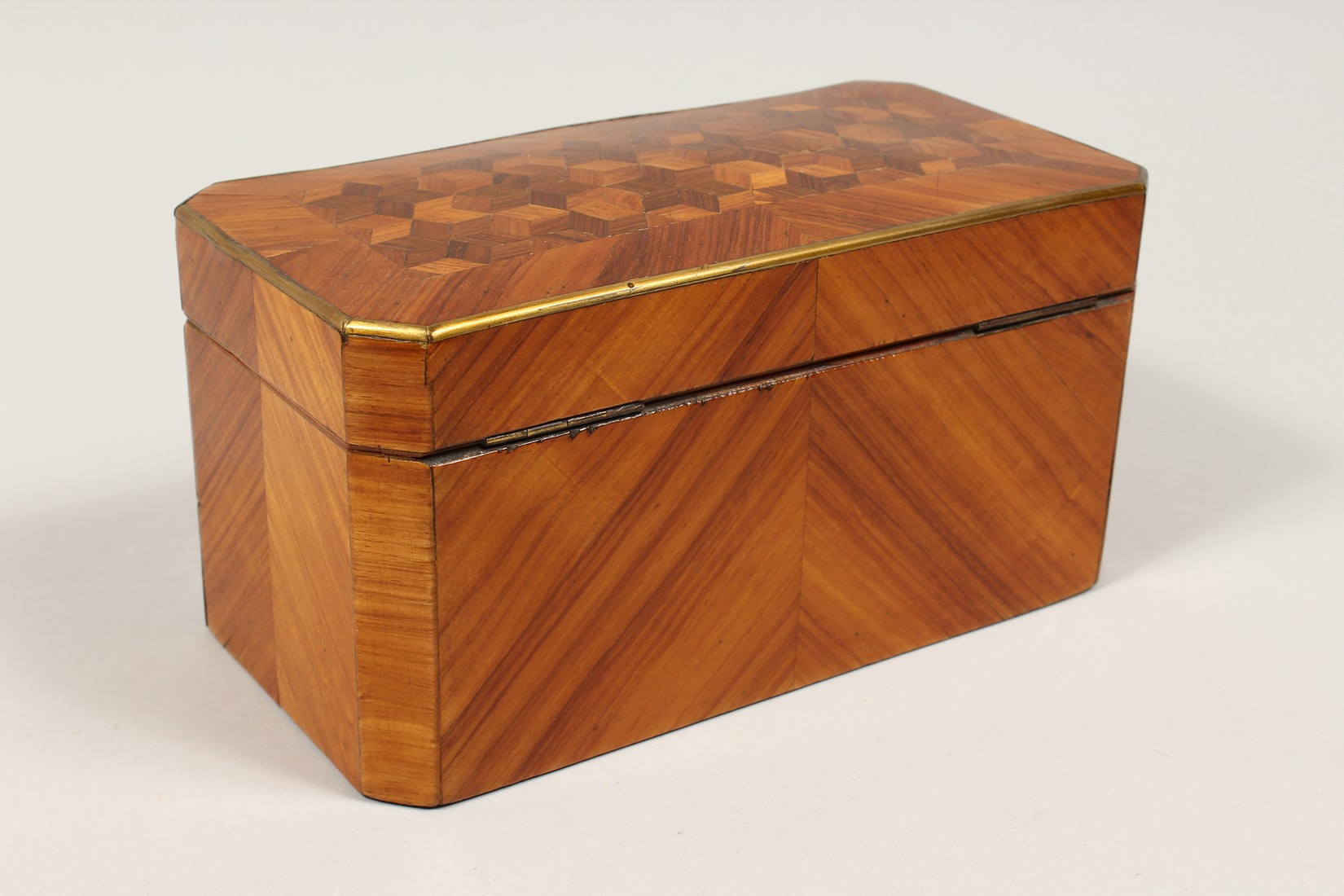 A 19TH CENTURY FRENCH KINGWOOD SERPENTINE-FRONTED TWO DIVISION TEA CADDY with Van Dyck pattern - Image 5 of 6