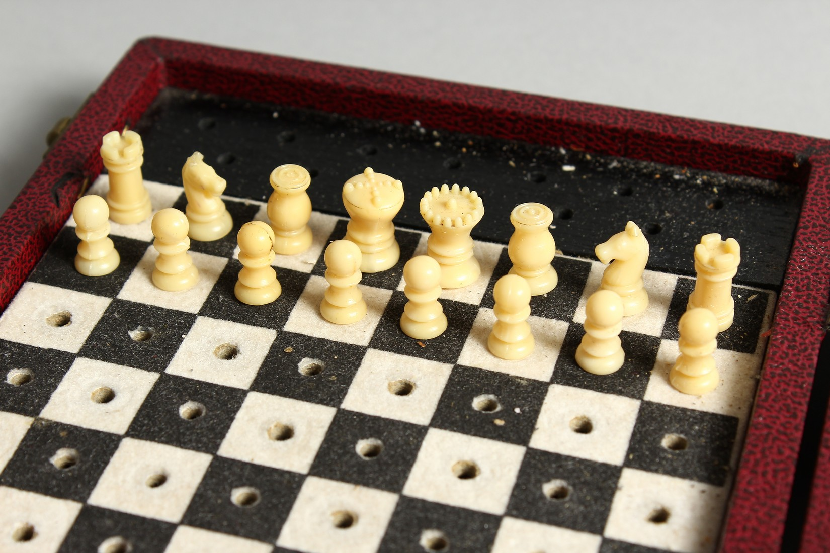 A TRAVELLING CHESS SET - Image 3 of 6