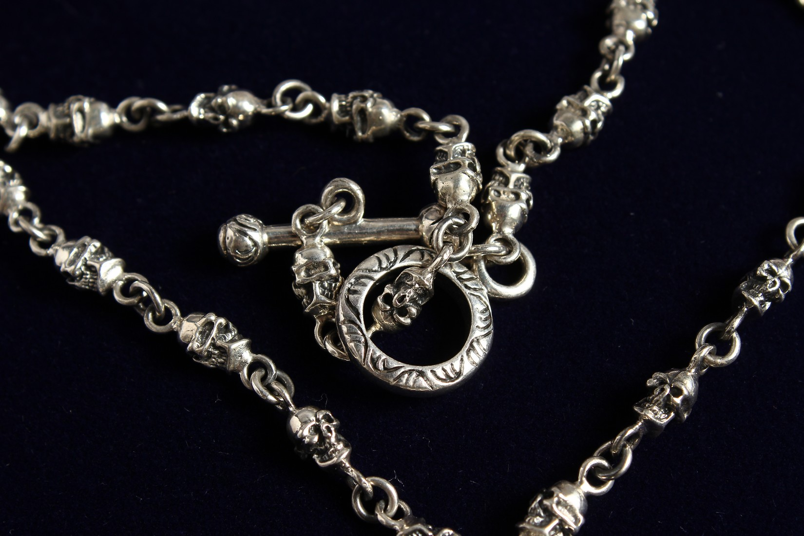 A SILVER SKULL ON A CHAIN. - Image 3 of 3