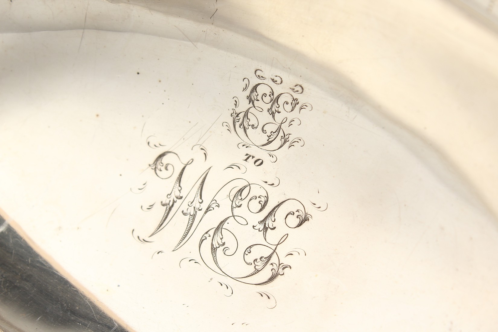 A FINE GEORGE III SILVER CAKE BASKET by HESTER BATEMAN with bead edges and swing handles. London - Image 4 of 5