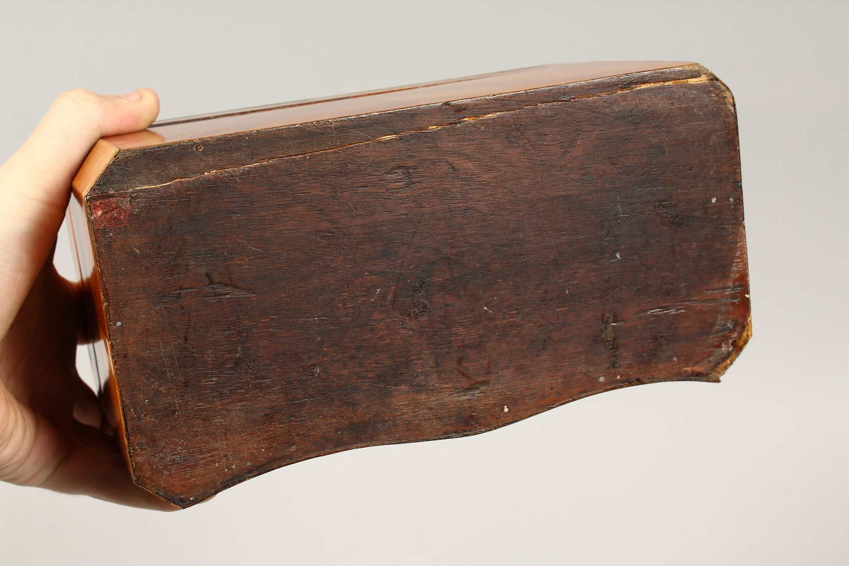 A 19TH CENTURY FRENCH KINGWOOD SERPENTINE-FRONTED TWO DIVISION TEA CADDY with Van Dyck pattern - Image 6 of 6