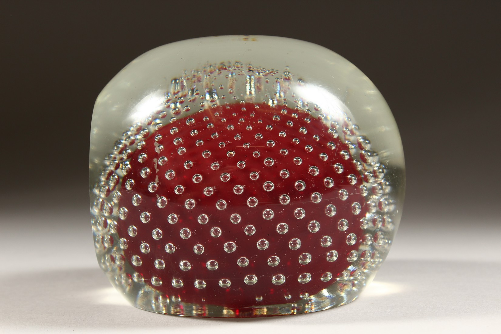 A LARGE GLASS PAPERWEIGHT. - Image 3 of 6