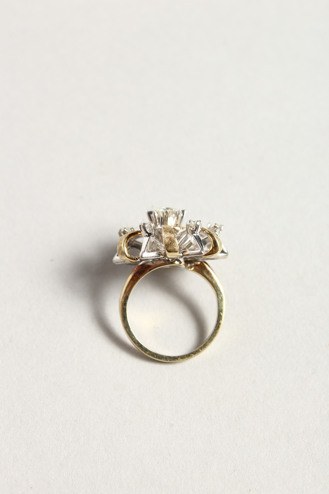 A DIAMOND CLUSTER RING - Image 3 of 6