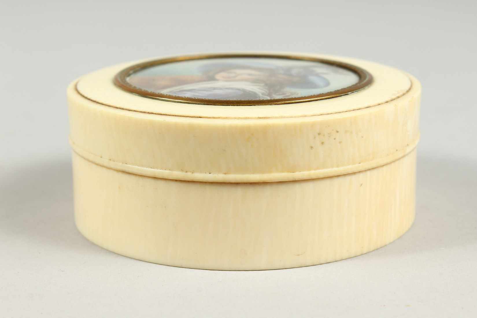 A GEORGIAN IVORY CIRCULAR BOX, the top painted with a portrait of a young lady in a plumed hat. 3ins - Image 4 of 8