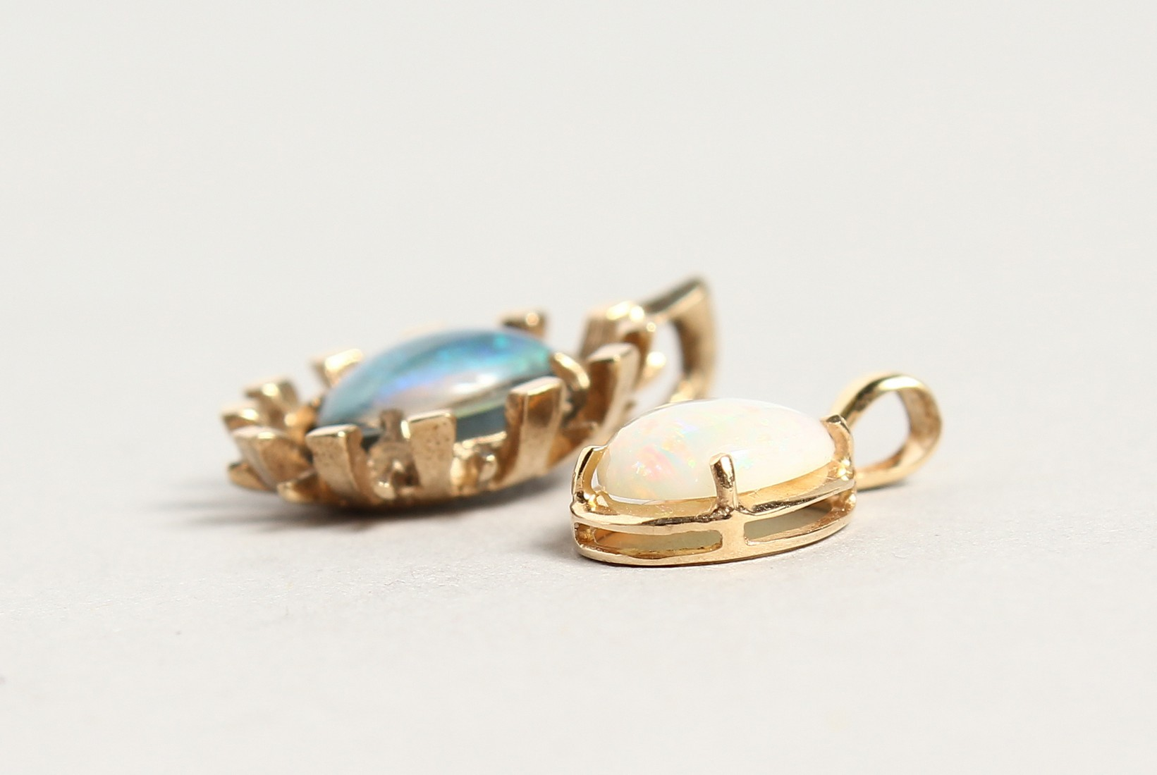 TWO SMALL GOLD OPAL PENDANTS - Image 2 of 3