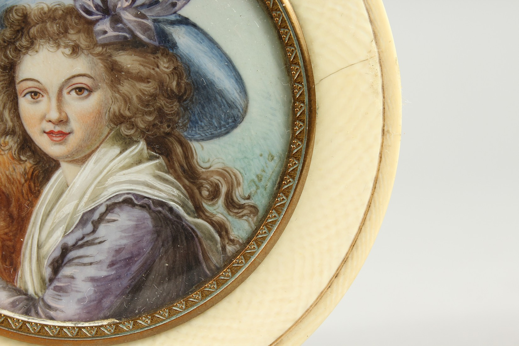 A GEORGIAN IVORY CIRCULAR BOX, the top painted with a portrait of a young lady in a plumed hat. 3ins - Image 3 of 8