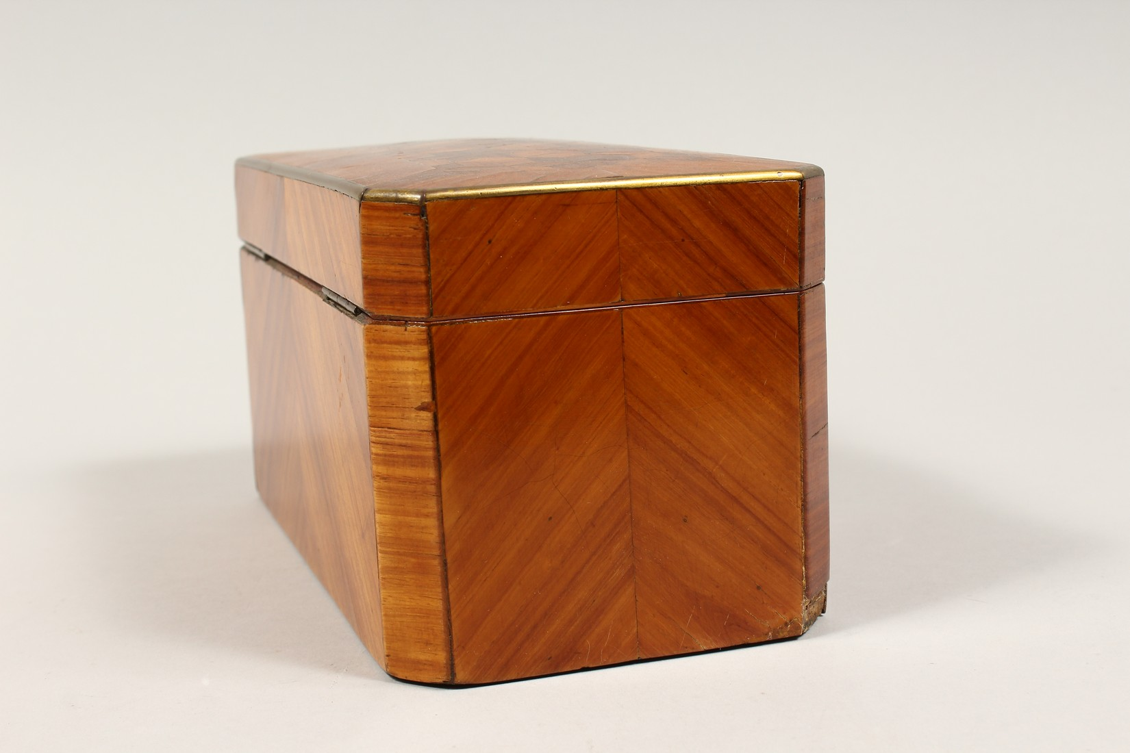 A 19TH CENTURY FRENCH KINGWOOD SERPENTINE-FRONTED TWO DIVISION TEA CADDY with Van Dyck pattern - Image 4 of 6
