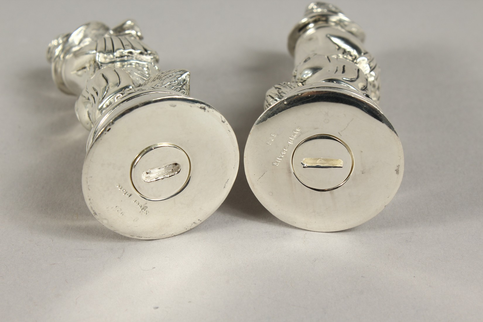 A PAIR OF SILVER PLATE FOX SALT AND PEPPERS - Image 4 of 4