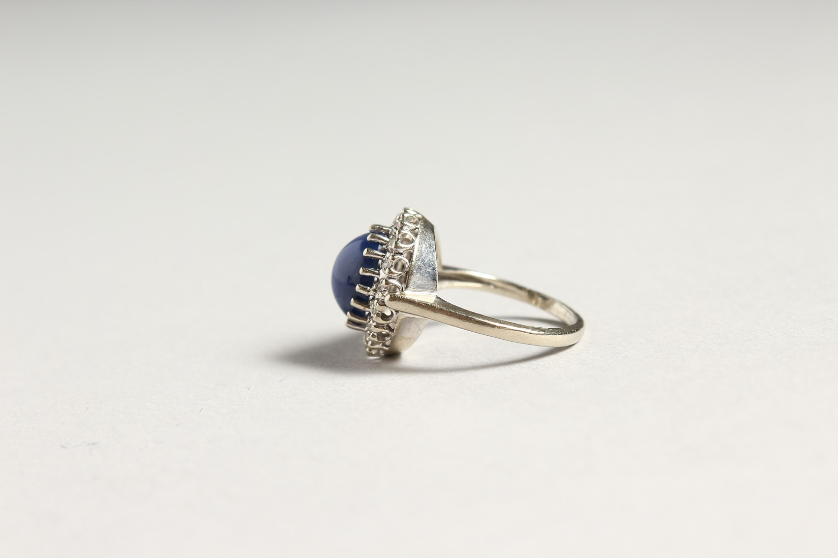 A GOLD CARBOUCHON SAPPHIRE AND DIAMOND RING - Image 2 of 4