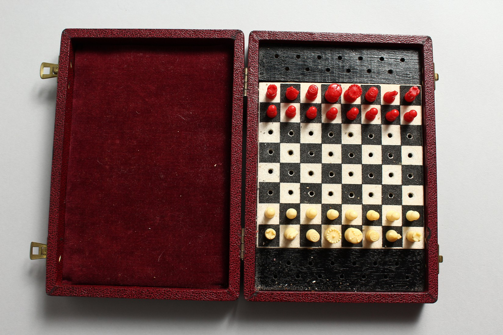 A TRAVELLING CHESS SET - Image 4 of 6