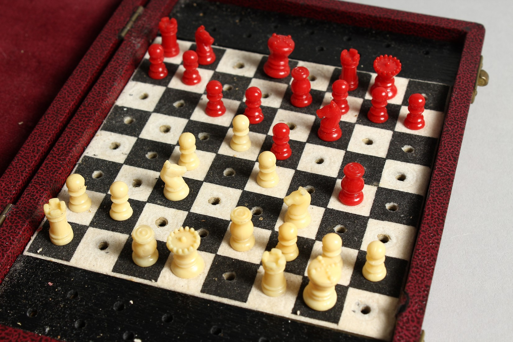A TRAVELLING CHESS SET - Image 5 of 6