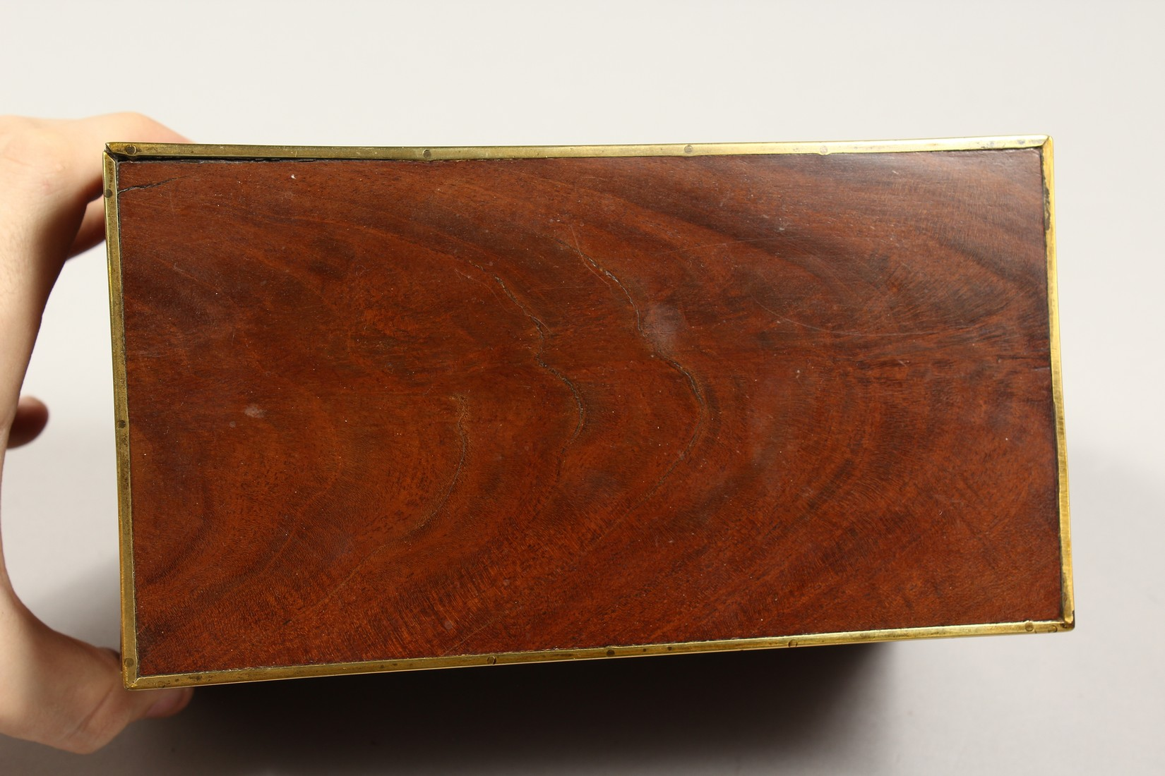 A REGENCY MAHOGANY TWO DIVISION TEA CADDY with brass stringing. 8ins long - Image 5 of 7