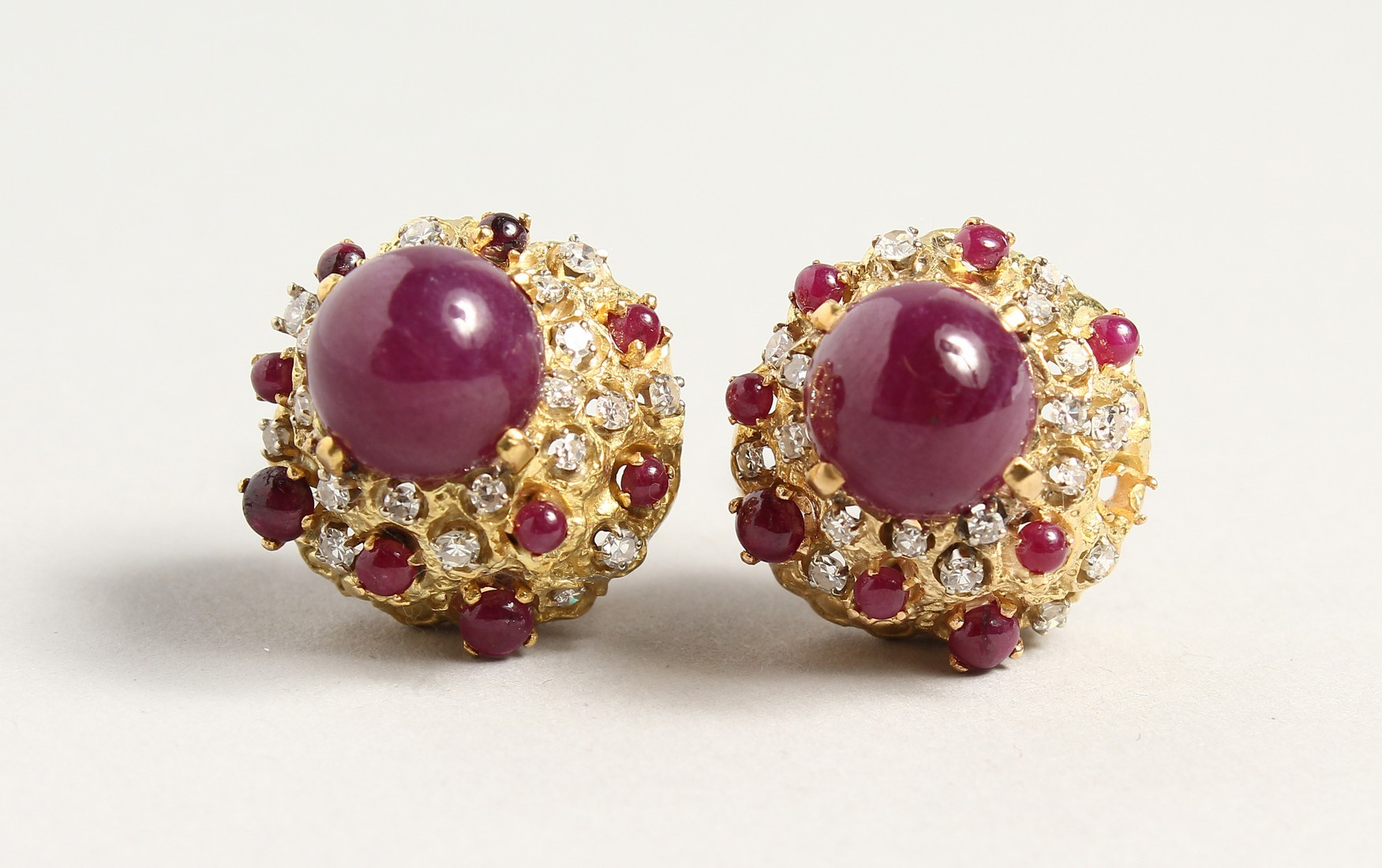 A SUPERB PAIR OF 18CT GOLD CARBOUCHON RUBY AND DIAMOND CLIP EARRINGS.