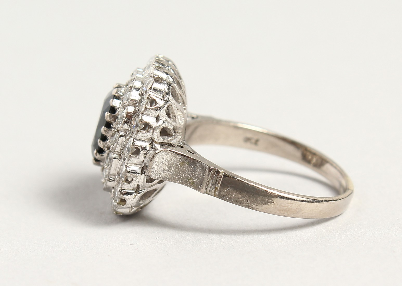 A SUPERB 18CT WHITE GOLD SAPPHIRE AND DIAMOND CLUSTER RING. - Image 2 of 6