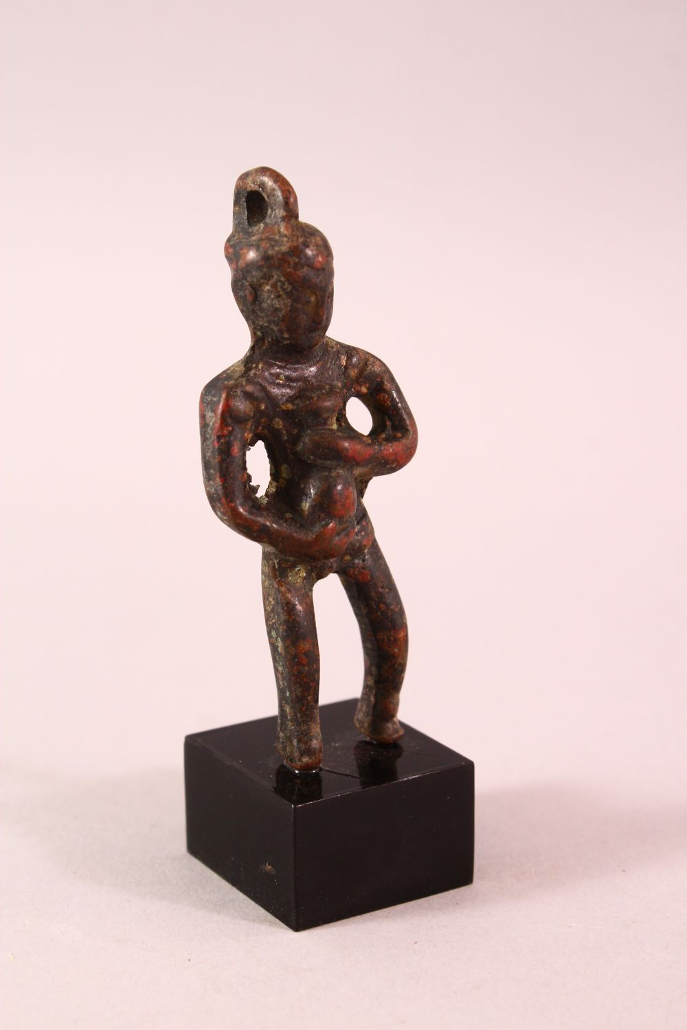 A SMALL EARLY CHINESE BRONZE FIGURE OF BUDDHA HOLDING A BOTTLE, poss neolithic, mounted to a base, - Image 2 of 5