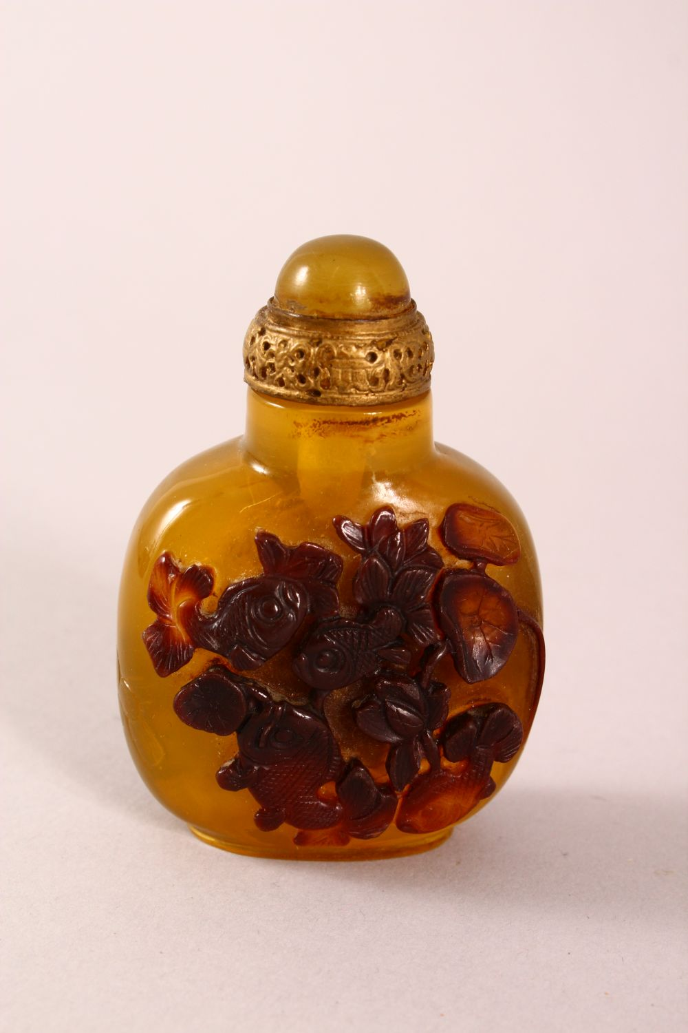 A CHINESE OVERLAID AMBER STYLE SNUFF BOTTLE, with overlay style decoration of fish, with incised - Image 3 of 5