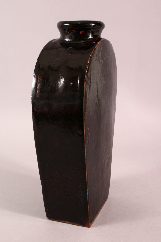 A CHINESE BLACK PORCELAIN VASE, 34.5CM - Image 3 of 6