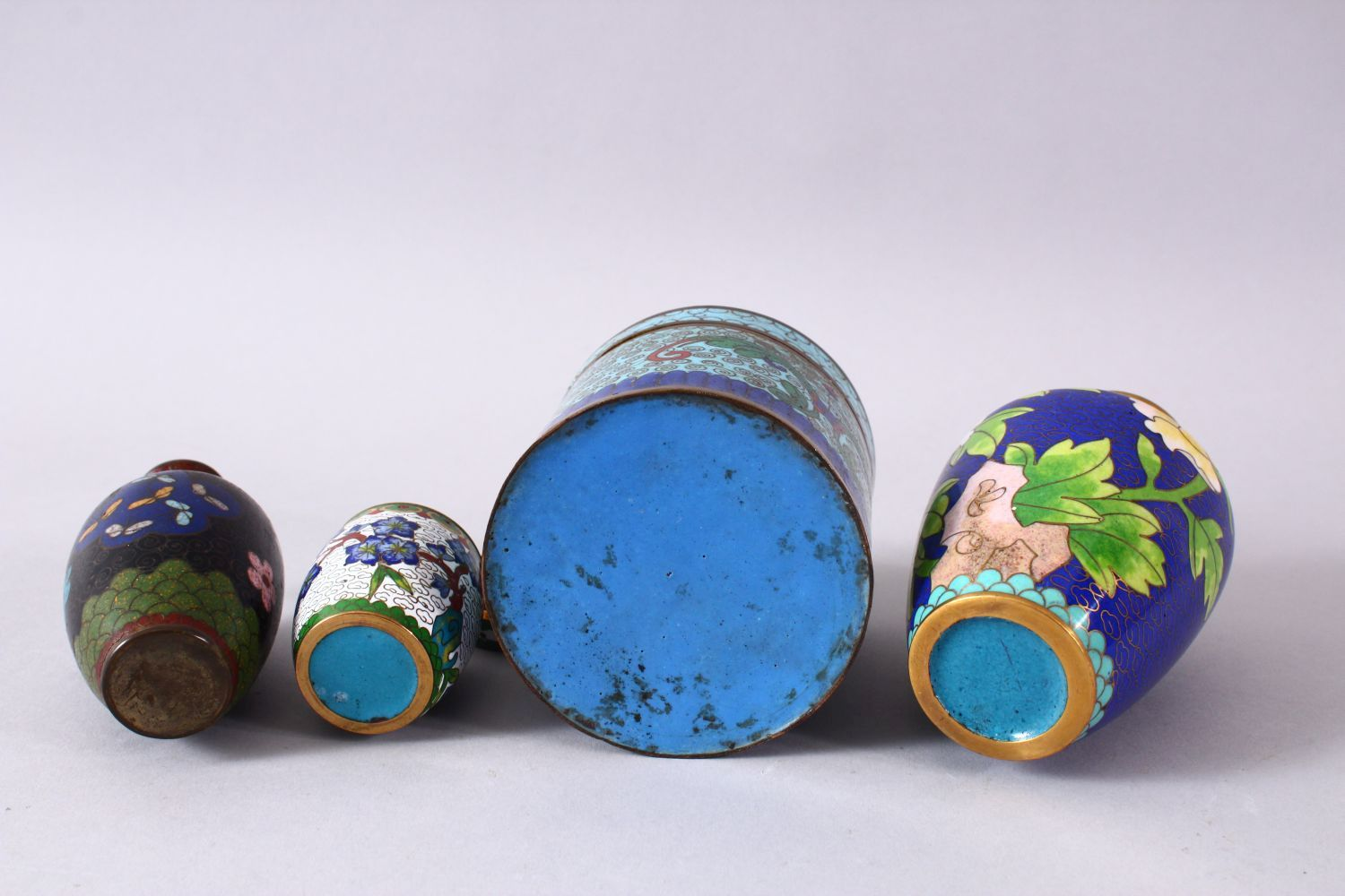 A MIXED LOT OF FOUR CHINESE CLOISONNE VASES / BOX - consisting of a cylindrical lidded blue ground - Image 5 of 5