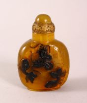 A CHINESE OVERLAID AMBER STYLE SNUFF BOTTLE, with overlay style decoration of fish, with incised