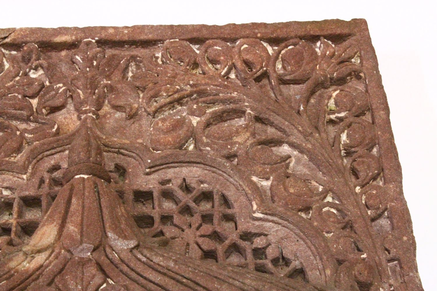 A LARGE AND VERY HEAVY 17TH CENTURY MIRHAB INDIAN MUGHAL CARVED SANDSTONE PANEL, depicting and - Image 3 of 6