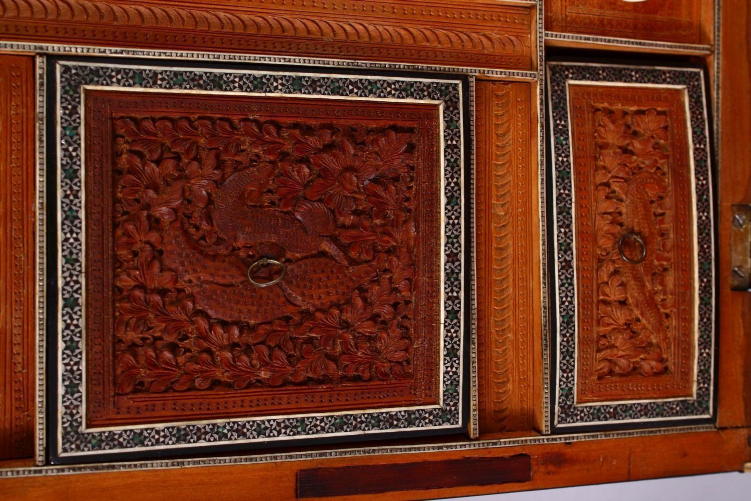 A 19TH CENTURY ANGLO INDIAN INLAID LIDDED SEWING BOX, with carved wood depicting figures and animals - Image 7 of 10