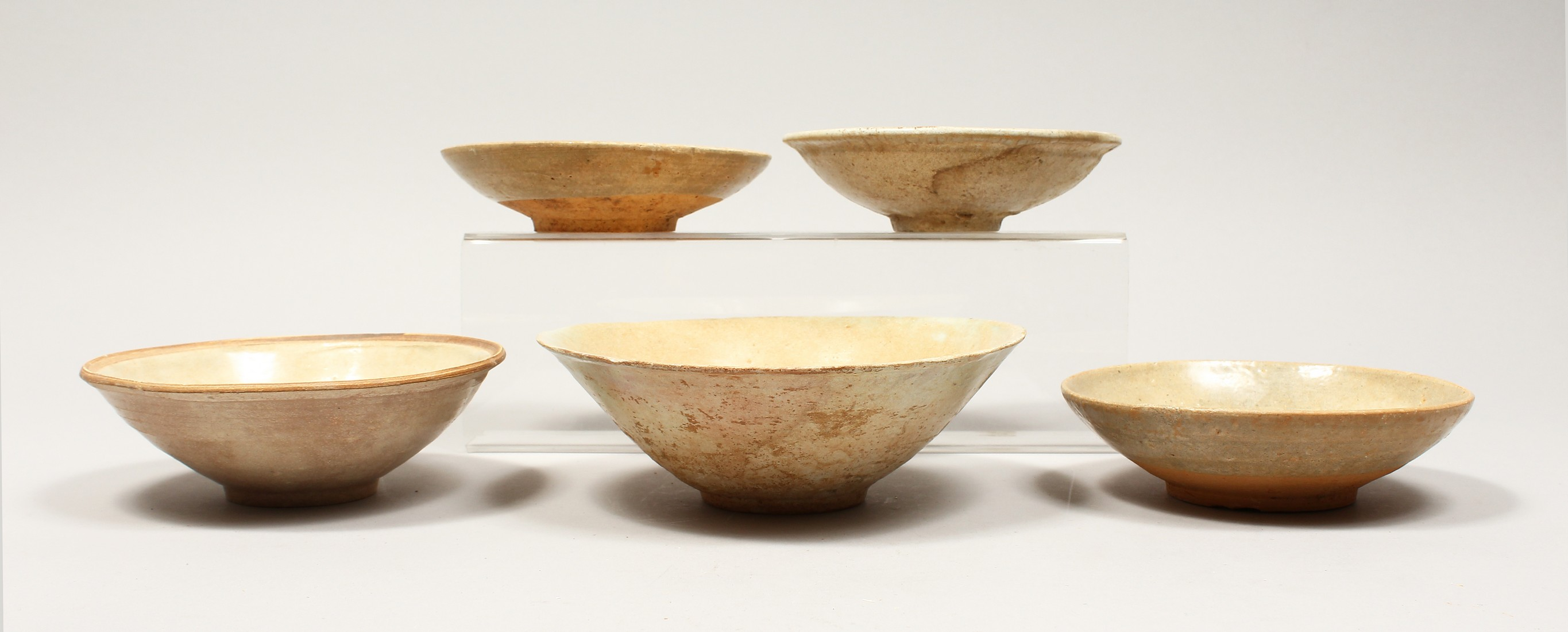 FIVE CHINESE POTTERY BOWLS.