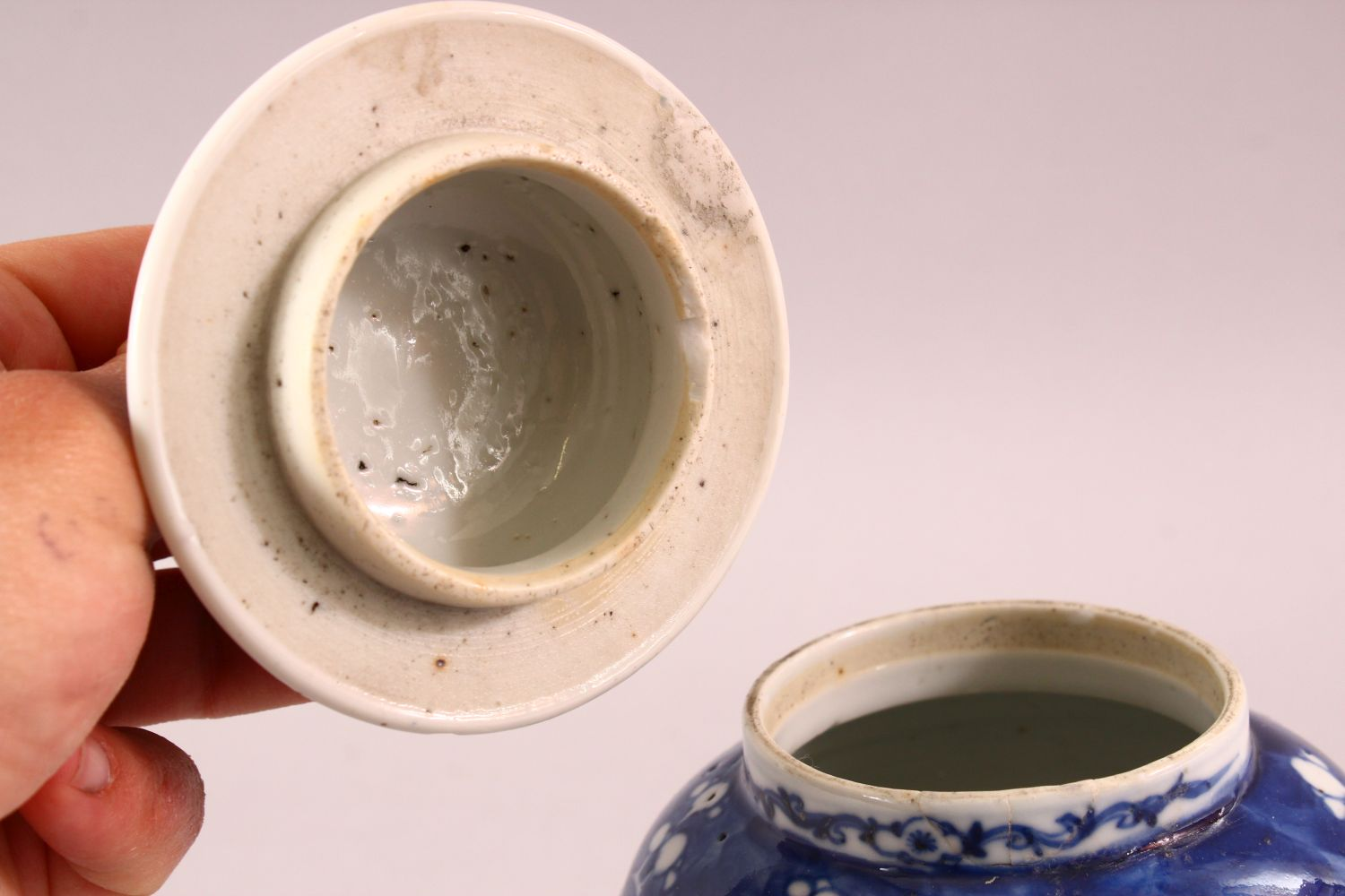 A 19TH / 20TH CENTURY CHINESE BLUE & WHITE PORCELAIN PRUNUS JAR & COVER, with prunus decoration, - Image 5 of 6