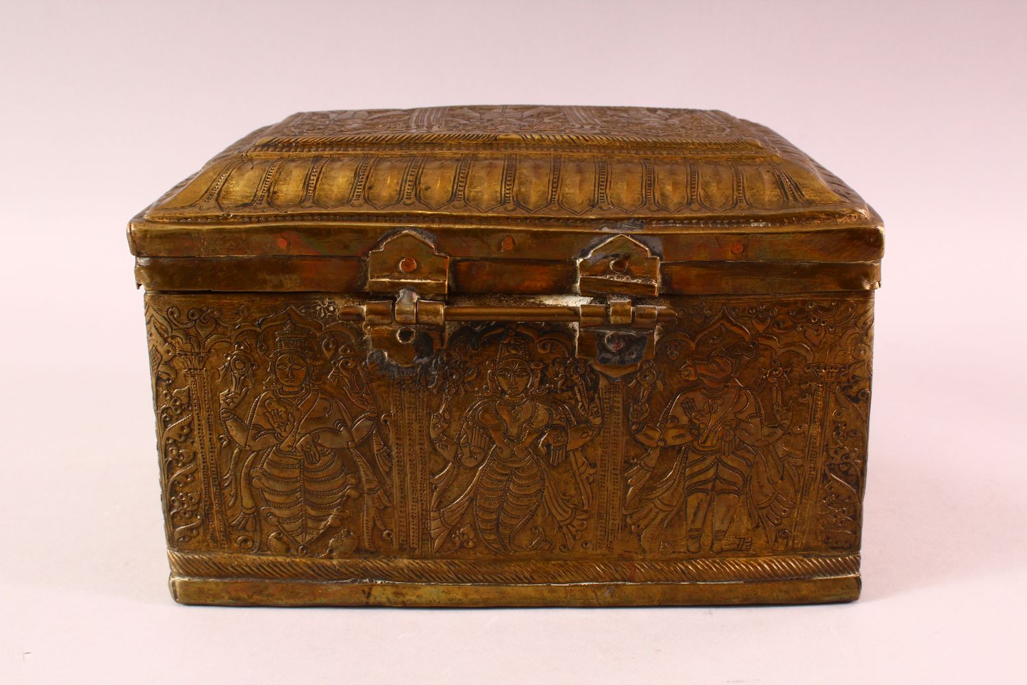 A FINE 18TH CENTURY SOUTH INDIAN ENGRAVED BRASS CASKET depicting Hindu gods, 26cm long, 16cm high, - Image 4 of 6