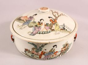A 19TH CENTURY CHINESE FAMILLE ROSE PORCELAIN BOWL & COVER, with decoration of figures in