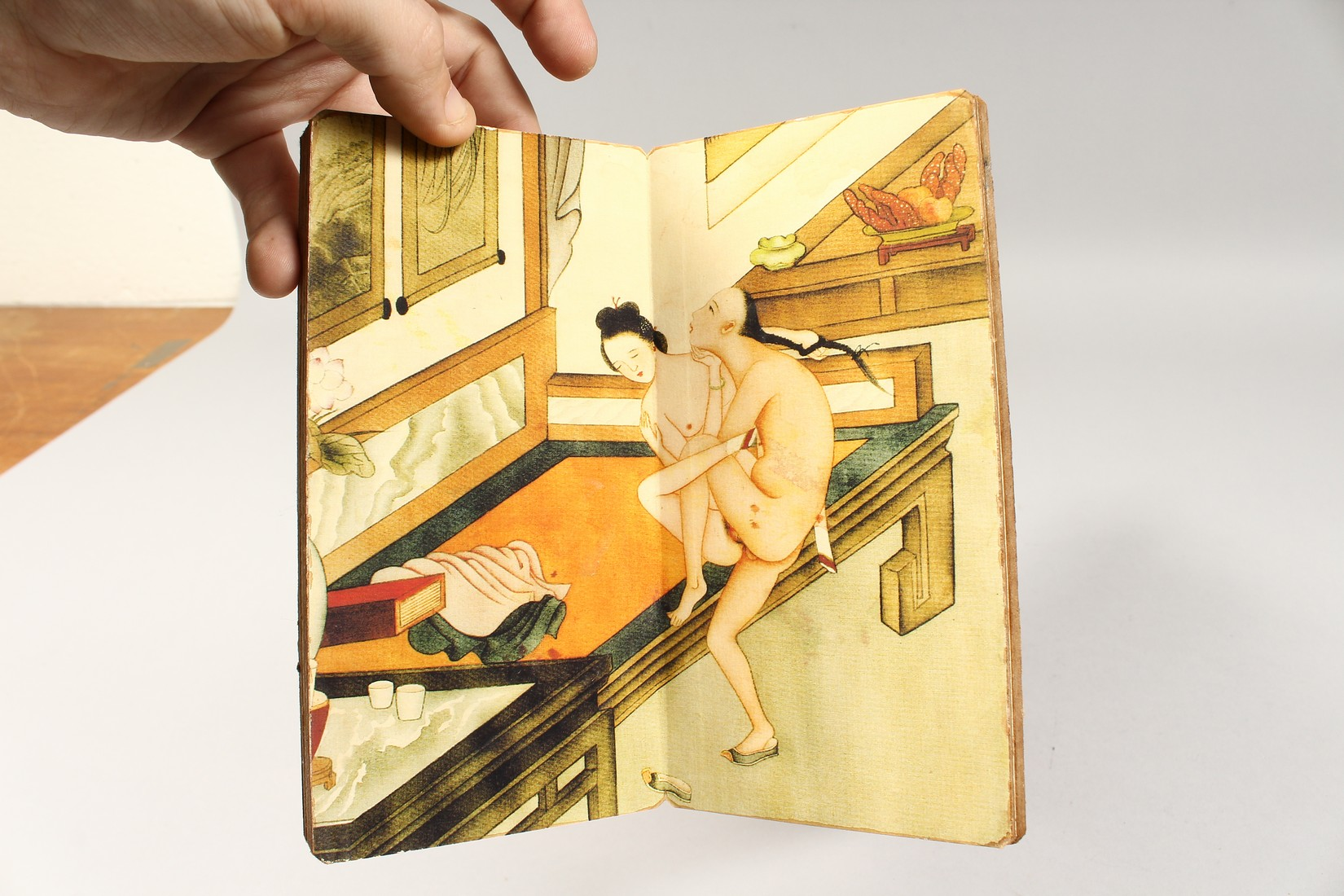 AN EROTIC CHINESE FOLDING BOOK. - Image 5 of 9