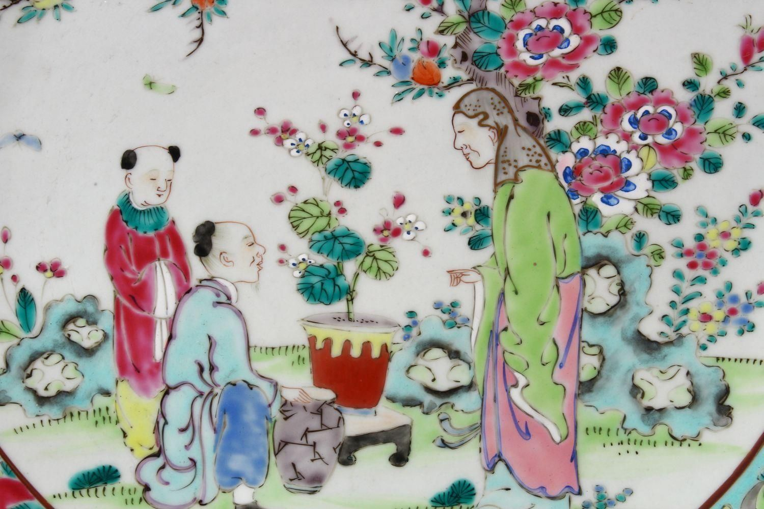 A 19TH CENTURY CHINESE FAMILLE ROSE PORCELAIN PLATE OF SCHOLARS, the decoration depicting a - Image 2 of 9