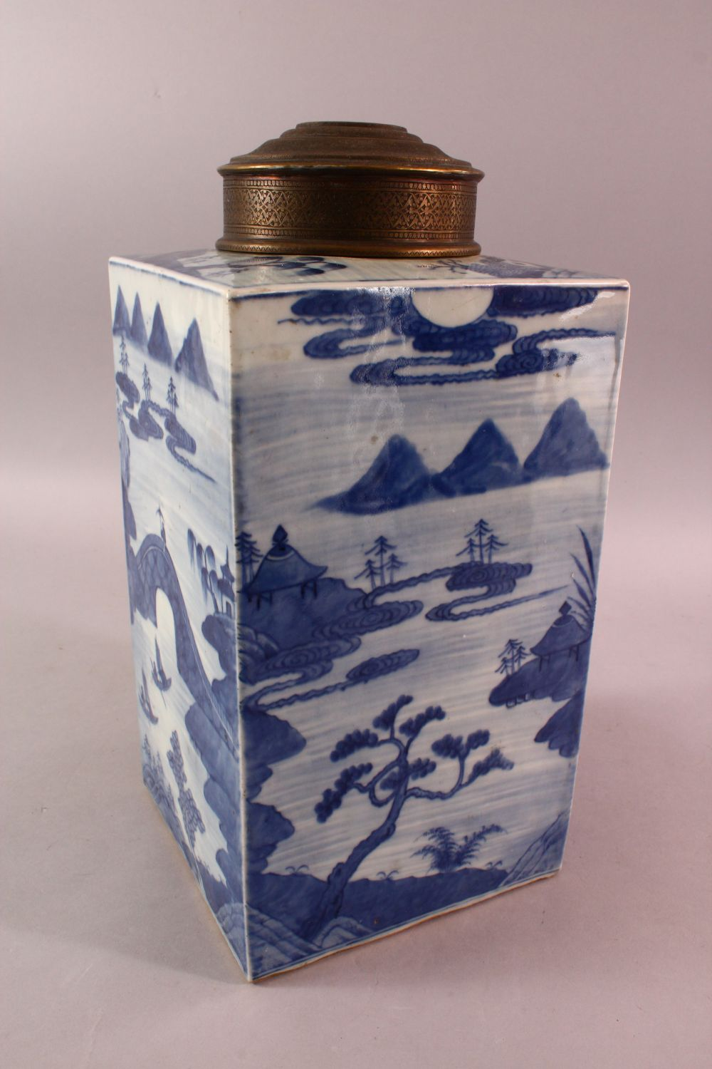 A LARGE CHINESE 18TH / 19TH CENTURY CHINESE BLUE & WHITE CADDY, decorated with landscape views, with - Image 2 of 5