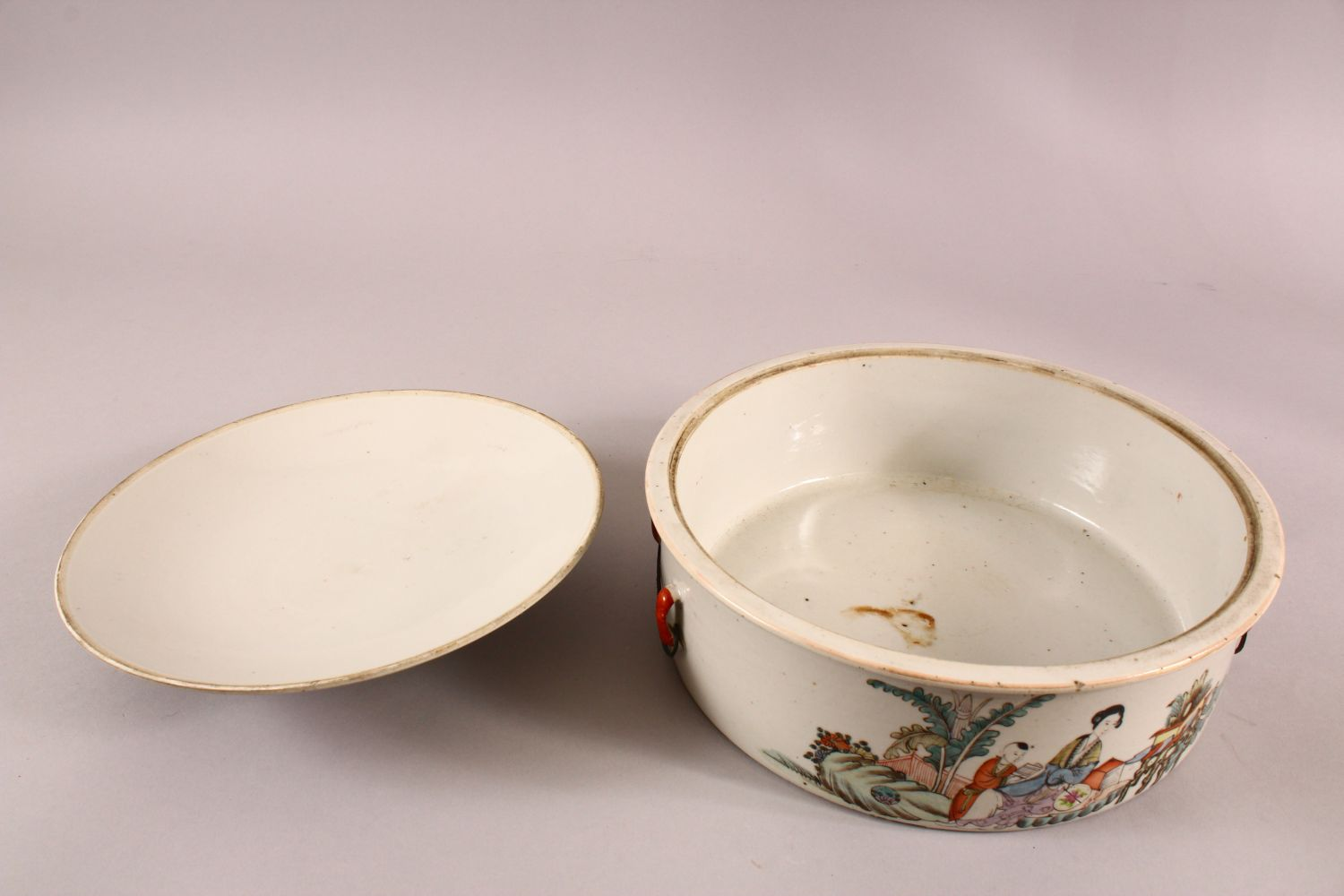 A 19TH CENTURY CHINESE FAMILLE ROSE PORCELAIN BOWL & COVER, with decoration of figures in - Image 5 of 6