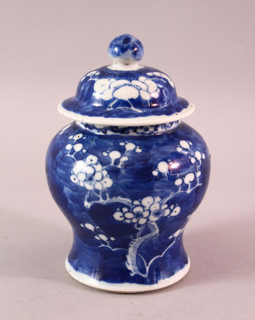 A 19TH / 20TH CENTURY CHINESE BLUE & WHITE PORCELAIN PRUNUS JAR & COVER, with prunus decoration,