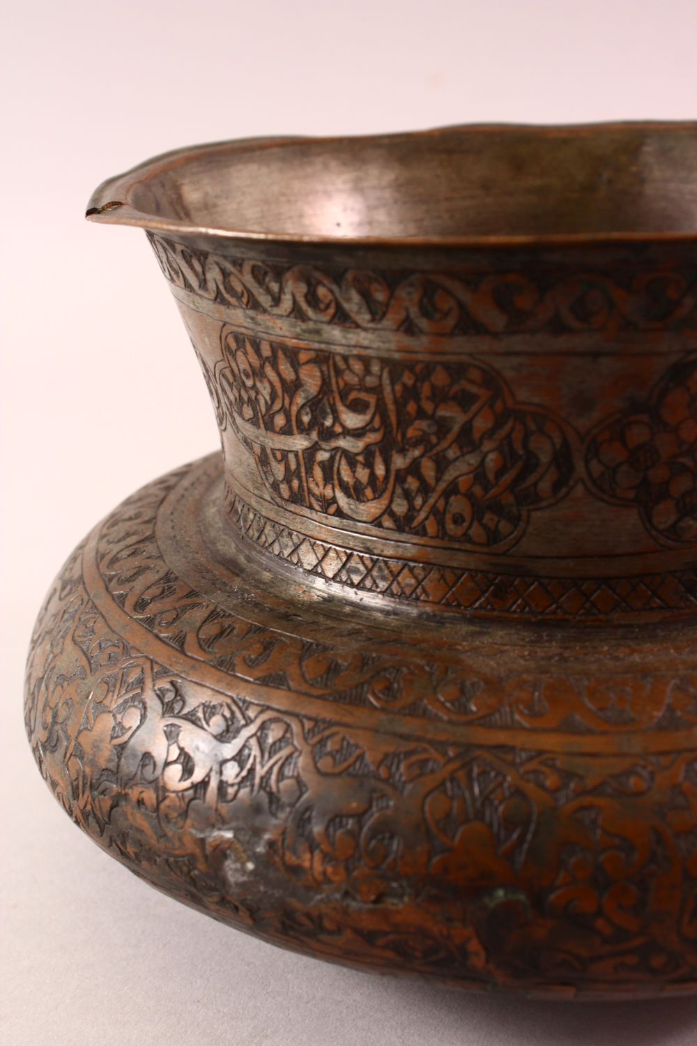 A 17TH CENTURY PERSIAN CALLIGRAPHIC BOWL -SIGNED - the body with carved floral motif decoration, the - Image 5 of 7