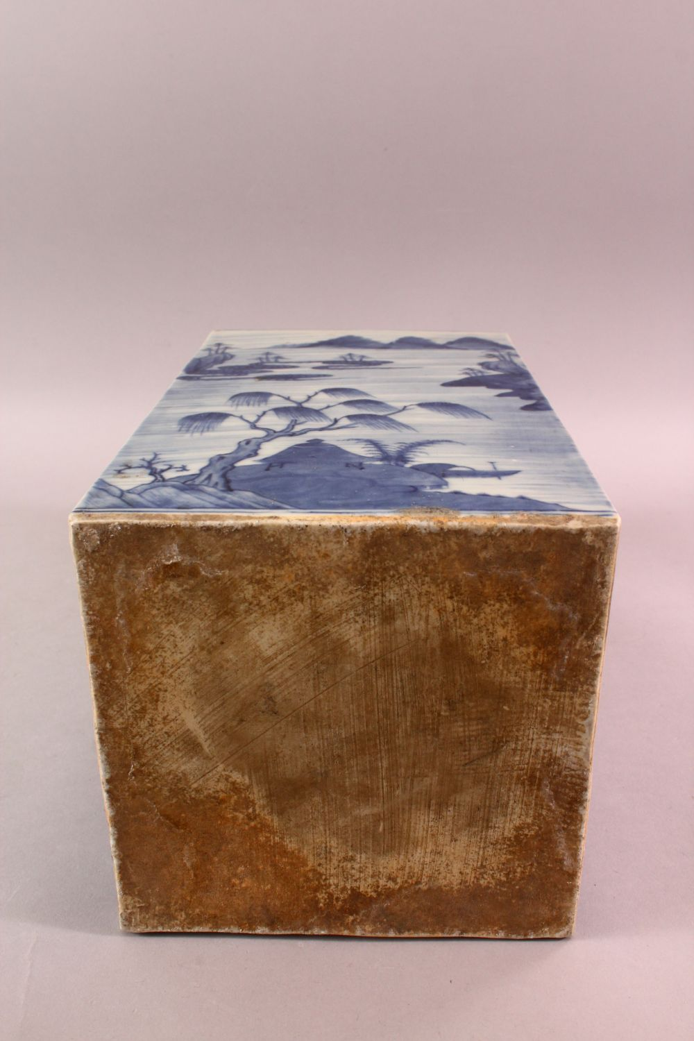 A LARGE CHINESE 18TH / 19TH CENTURY CHINESE BLUE & WHITE CADDY, decorated with landscape views, with - Image 5 of 5