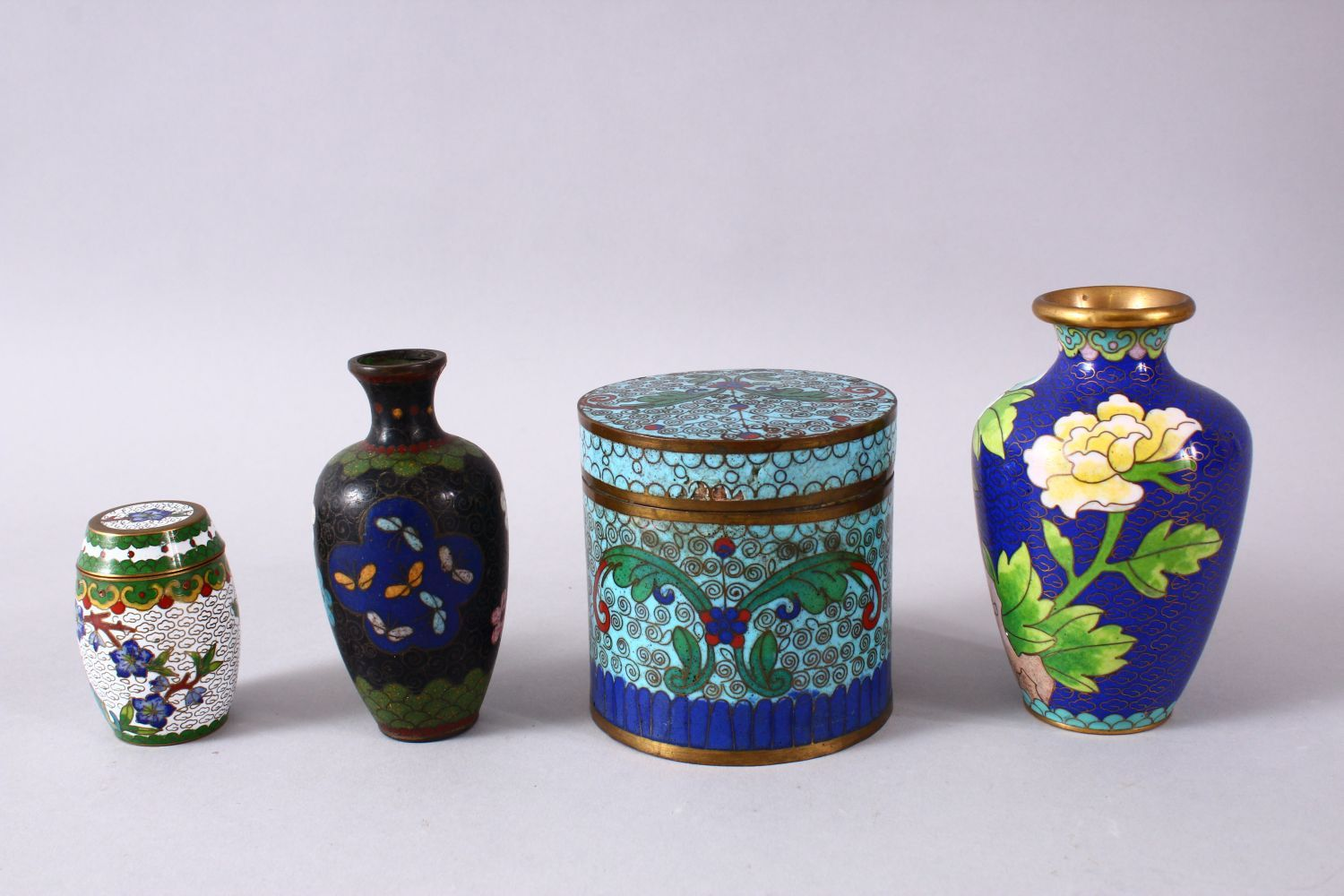 A MIXED LOT OF FOUR CHINESE CLOISONNE VASES / BOX - consisting of a cylindrical lidded blue ground - Image 3 of 5