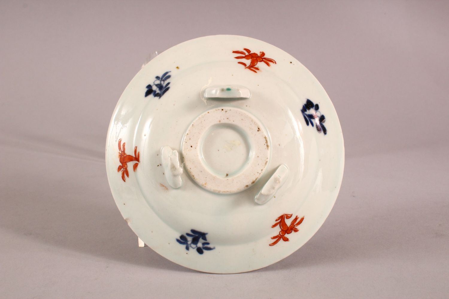 A SMALL JAPANESE IMARI CIRCULAR STAND, painted with a band of flowers on three scrolling feet, 13. - Image 3 of 3