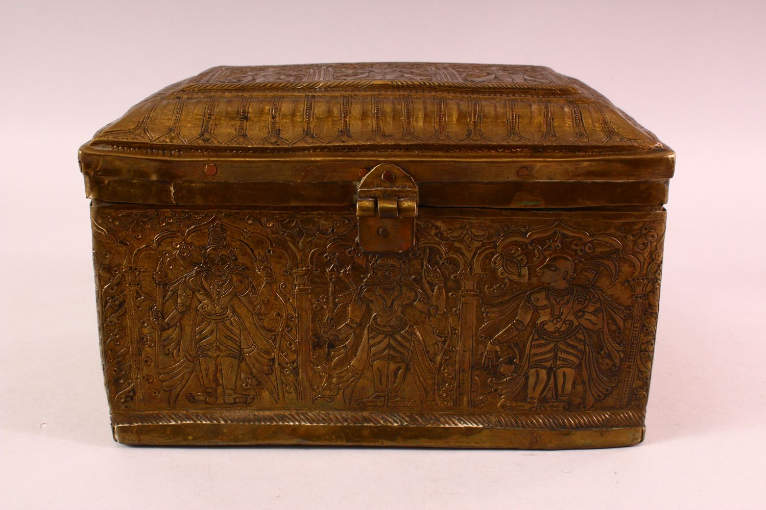 A FINE 18TH CENTURY SOUTH INDIAN ENGRAVED BRASS CASKET depicting Hindu gods, 26cm long, 16cm high, - Image 2 of 6